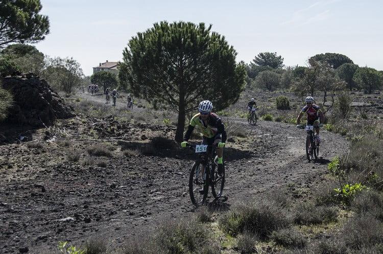 Bikers impegnati nelle prime durissime salite