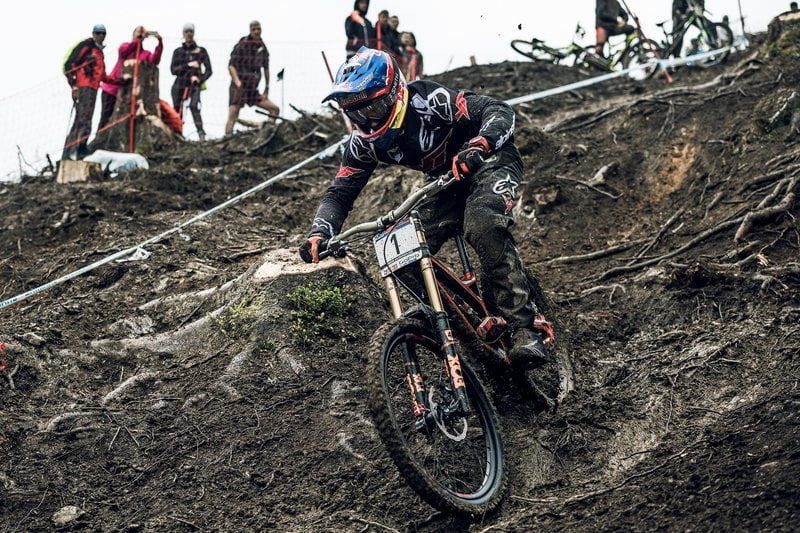 aaron-gwin-rides-through-the-mud-at-uci-leogang-2016-qualification