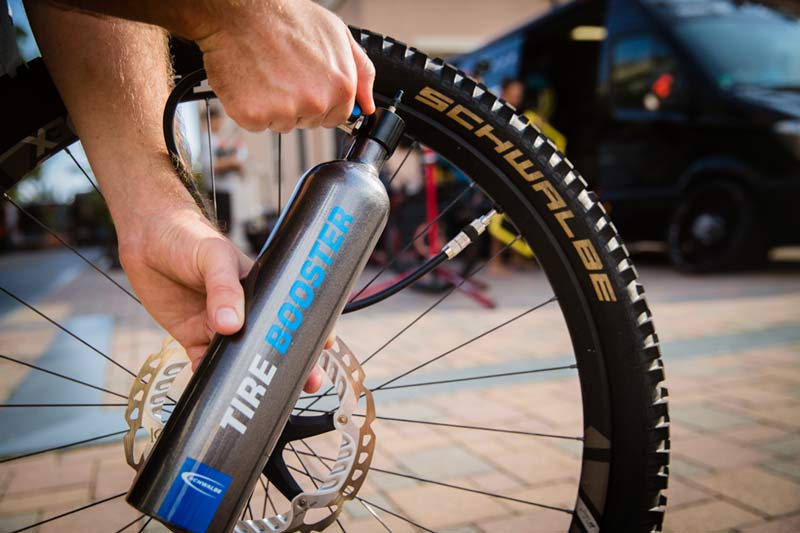 schwalbe-tire-booster-portable-high-pressure-air-canister-tubeless-mounting-2