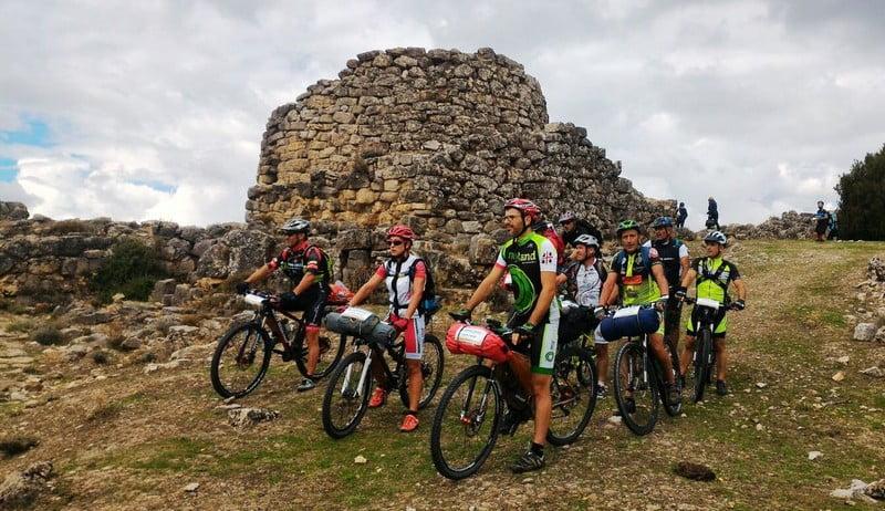 Edizione di settembre 2016 del Sardinia Divide. Parte del gruppo si prepara a ripartire dopo la visita al nuraghe Ardasai di Seui