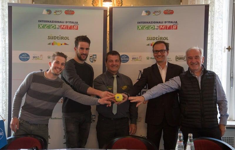 Da sinistra: gli atleti Maximilian Vieider e Gerhard Kerschbaumer, il Presidente di Sunshine Racers ASV-Nals Florian Pallweber, il vicepresidente di Sunshine Racers ASV-Nals Eckard Figl e il Presidente della FCI Bolzano Nino Lazzarotto - (Credits: Michele Mondini.