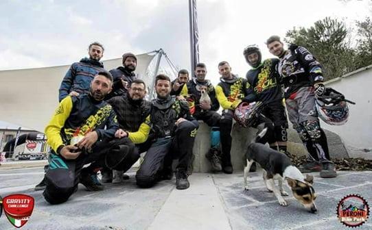 Parte del Team MTB Evoli Crew, incluso il membro a quattro zampe DHiva, guest star del team