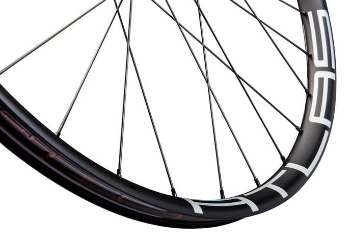 Race-Face-Atlas-wheels-carbon-bar-2018-1-e1502773852472
