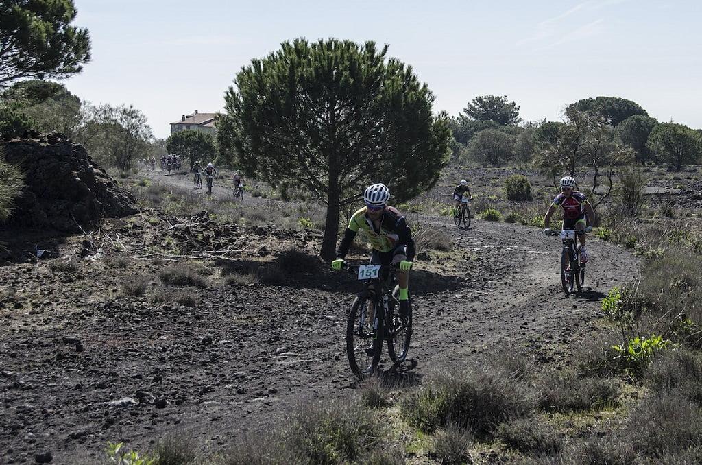 Bikers-impegnati-nelle-prime-durissime-salite